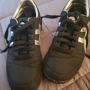 ASICS BLACK AND SILVER SIZE 6